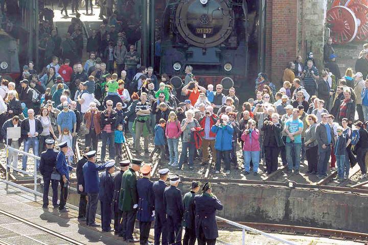 Vorsicht an der Lok-Drehscheibe: Beim 10. Dampfloktreffen ist noch bis Sonntagabend Volksfeststimmung angesagt.
