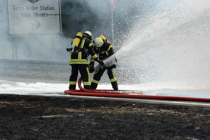 Mit einem Schaumrohr löschten die Feuerwehrmänner den Lkw.