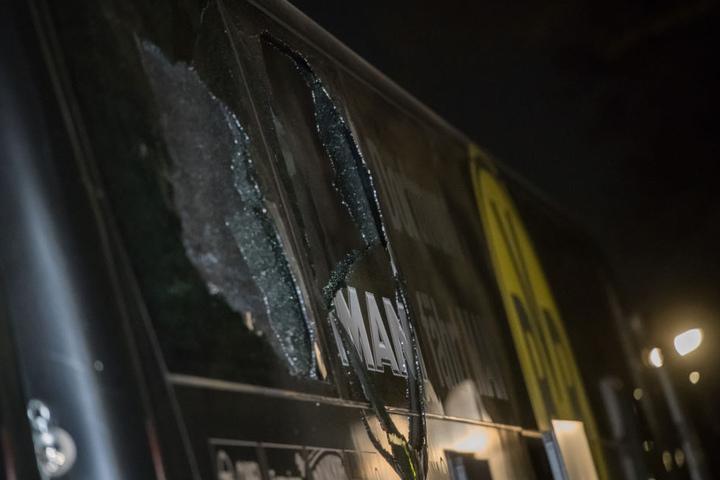 Am Bus sieht man deutlich die Spuren des schlimmen Anschlags.