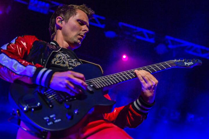 """Matthew Bellamy, Gitarrist der britischen Band Muse, steht beim Reeperbahn Festival auf der Bühne im """"Docks""""."""