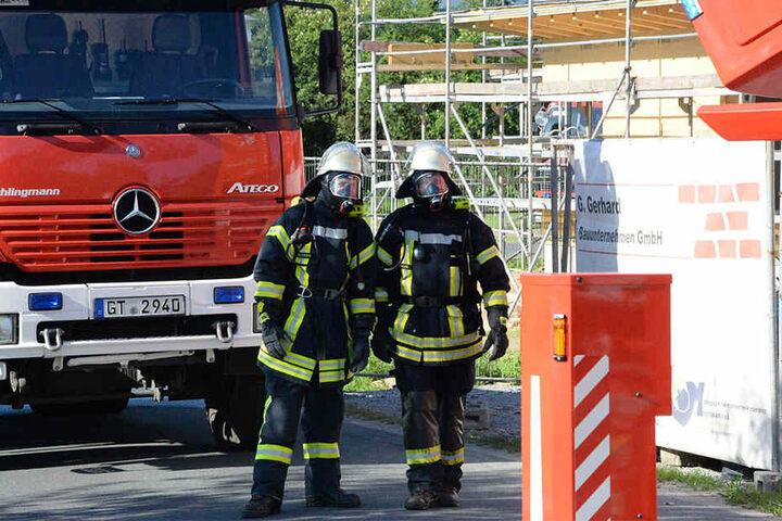 Die Feuerwehrmänner wurden zur ihrer eigenen Sicherheit mit Atemschutzgeräten ausgestattet.