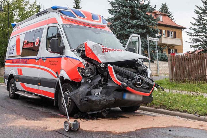 Am Rettungswagen entstand erheblicher Sachschaden.