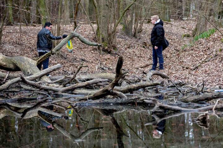 Daniel S. (l) und ein ehemaliger Mitschüler und Initiator der privat organisierten Suche nach Rebecca, Justin G., schauen an einem Teich in einem Waldstück in Hennigsdorf nach Hinweisen zur vermissten Rebecca.