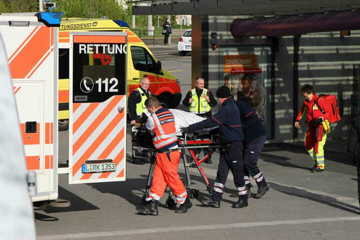 Einsatzkräfte der Feuerwehr retteten die Frau von den Gleisen. Sie wurde umgehend ins Krankenhaus gebracht.