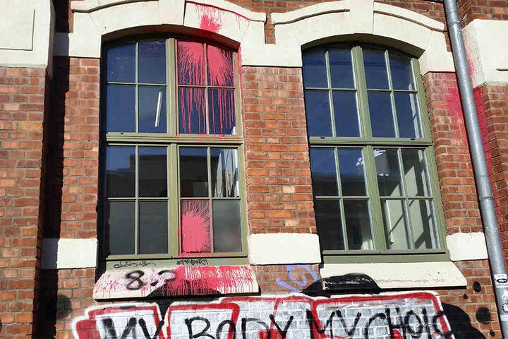 """Auf der Fassade hinterließen die Feministinnen den Spruch """"My Body My Choice""""."""