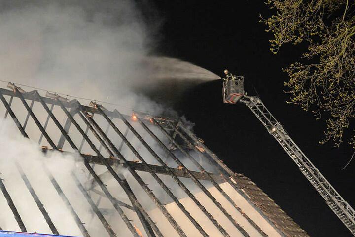 Der komplette Dachstuhl brannte aus.