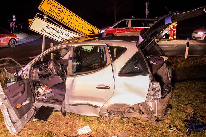 Sowohl der Mercedes als auch ein Verkehrsschild wurden geschrottet.