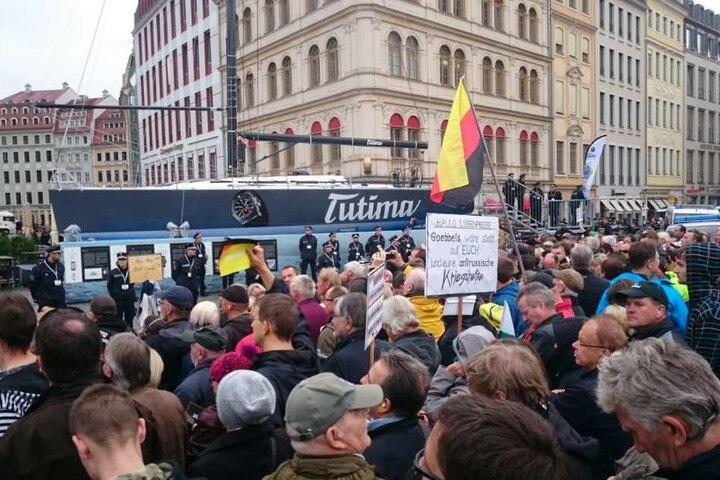 Dieses Goebbels-Transparent wurde vor der Dresdner Frauenkirche hochgehalten.