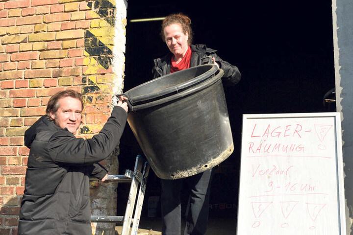 Ein Schnäppchen! Für 10 Euro sicherten sich Carsten Walter (43) und Carmen Sonntag (45) gestern zwei Pflanzkübel - für die heimischen Palmen.