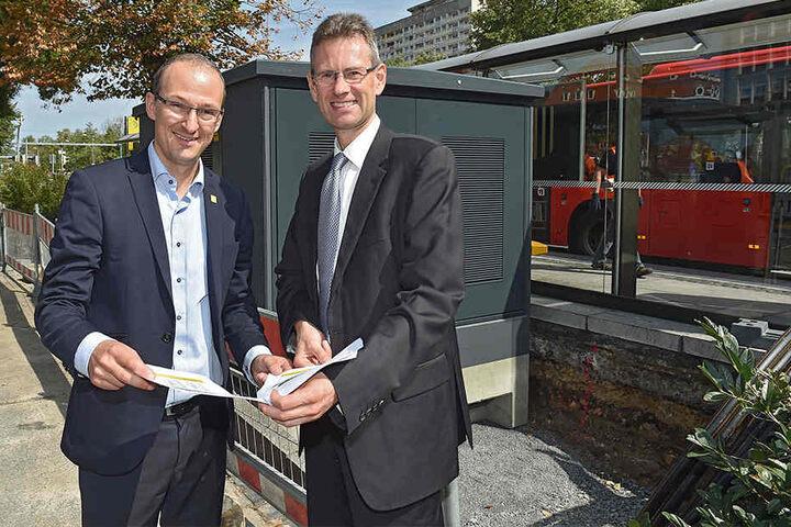Der Chef der Dresdner Wirtschaftsförderung, Robert Franke (41, l.), und DVB-Chef Andreas Hemmersbach (50) zeigen die Baustelle am Pirnaischen Platz.