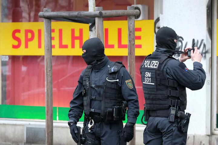 Razzia auf der Eisenbahnstraße: Immer wieder werden hier Lokale durchkämmt, immer wieder kommt es zu Auseinandersetzungen und Überfällen.