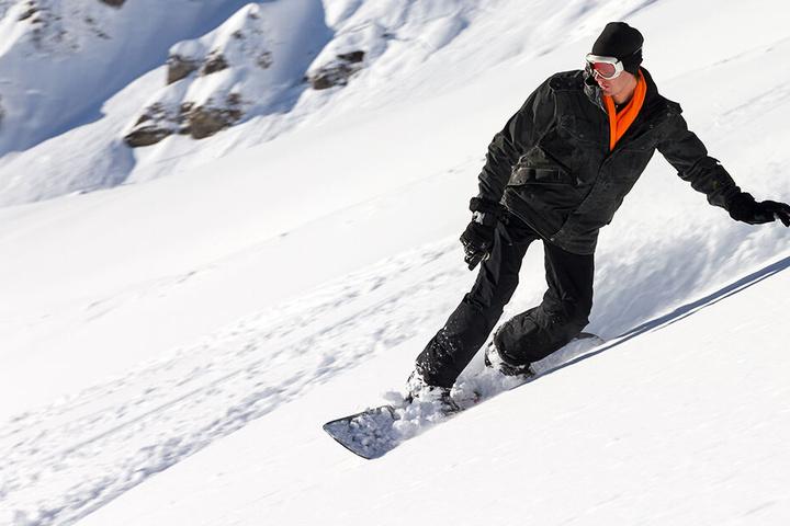 Der Snowboarder war auf der Piste mit einem Kind kollidiert. (Symbolbild)