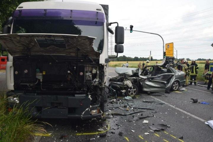 Der Laster wurde an der Front beschädigt.