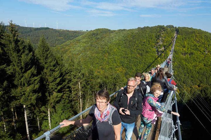 Viele Touristen wollen einen Blick von der längsten Hängeseilbrücke Deutschland werfen.