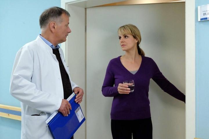Nach dem Tod ihres Lebensgefährten Jenne Derbeck steht Dr. Lea Peters noch völlig neben sich. Nun hat auch noch ihr kleiner Sohn Tim hohes Fieber bekommen.