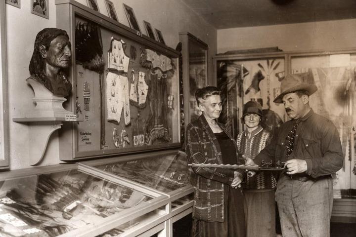 Museumsgründer Patty Frank (1876-1959) und Witwe Klara May (1864-1944) in der ersten Ausstellung vor 90 Jahren.