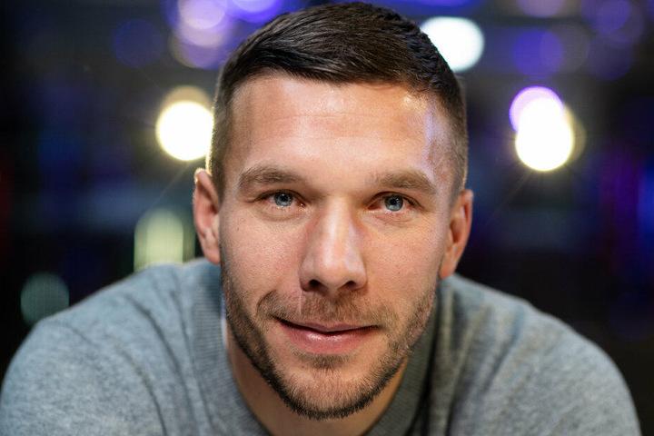 Lukas Podolski freut sich wohl schon sehr auf das Derby. (Archivbild)