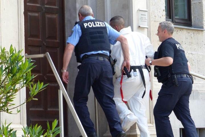 Der Verdächtige wurde von Polizisten ins Gericht geführt.