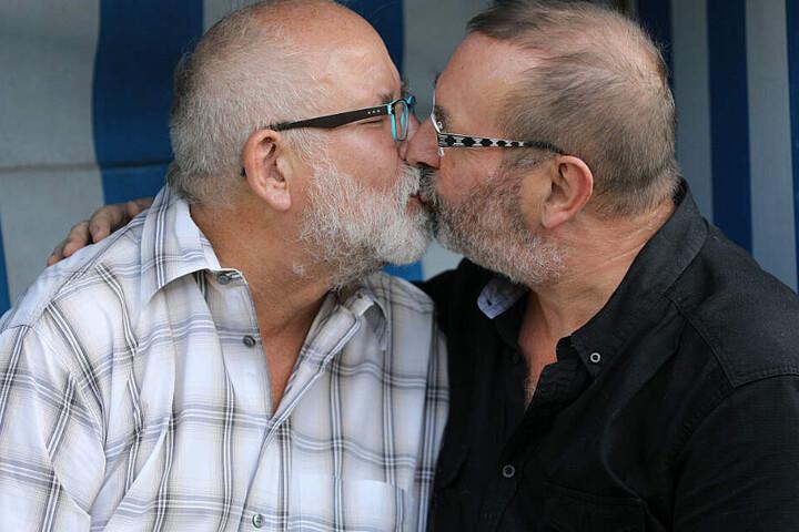 Ein schwules Pärchen küsst sich.