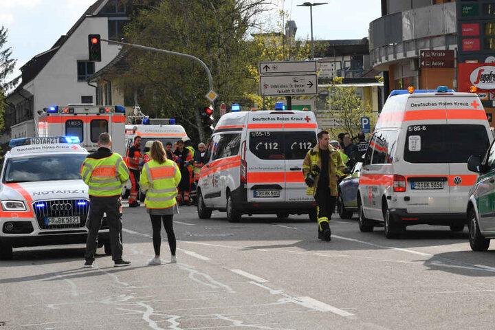 Rettungsfahrzeuge stehen an einer Kreuzung, an der ein Auto eine Familie erfasst hat.