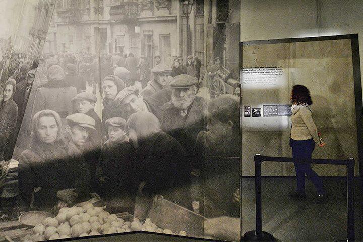 Eine Besucherin des POLIN-Museums über die Geschichte der polnischen Juden schaut sich eine Ausstellung über das Warschauer Ghetto im Zweiten Weltkrieg an.
