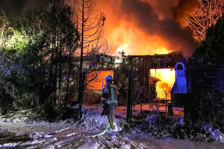 Das Einfamilienhaus brannte komplett nieder.