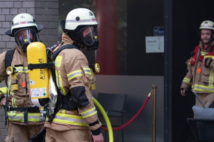 Unter Atemschutz betraten die Einsatzkräfte das Gebäude. (Symbolbild)