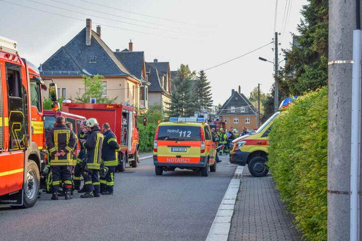 Bei einem Brand in der erzgebirgischen Stadt Lugau ist ein Hausbewohner verletzt worden.