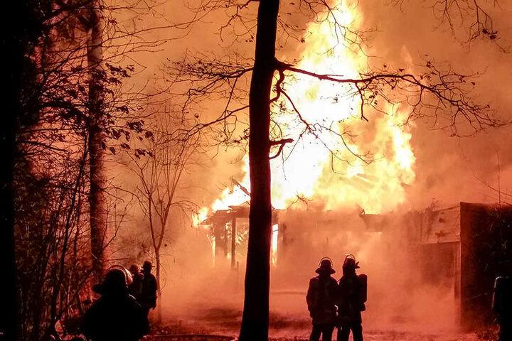 Als die Feuerwehr eintraf schlugen die Flammen meterhoch aus dem Dach des Holzhauses.