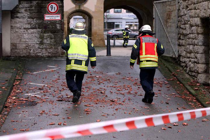 Die Feuerwehr hat den Bereich um das Alte Rathaus abgesperrt.