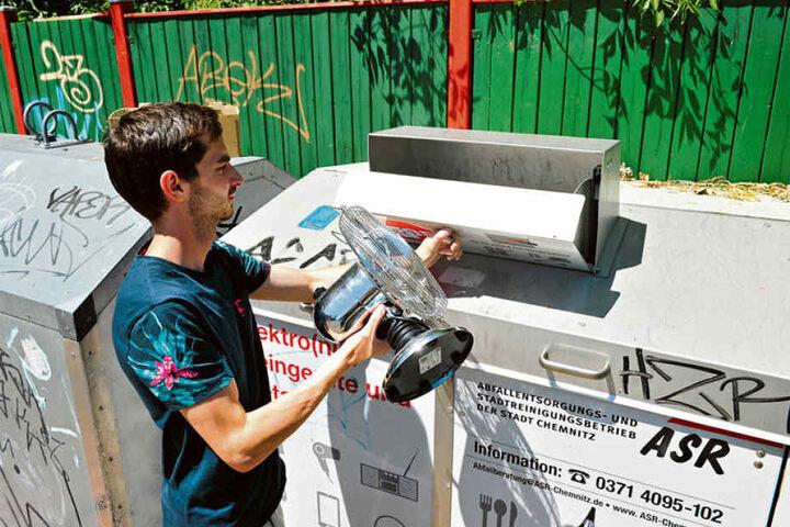 TAG24-Redakteur Stefan Graf (27) zeigt den Container für Elektrogeräte in der Brückenstraße.