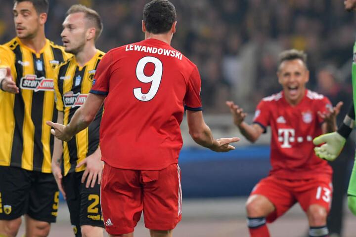 Lewandowski und Rafinha jubeln. Der FC Bayern München konnte einen letztlich nicht unverdienten 2:0-Erfolg in Athen feiern.