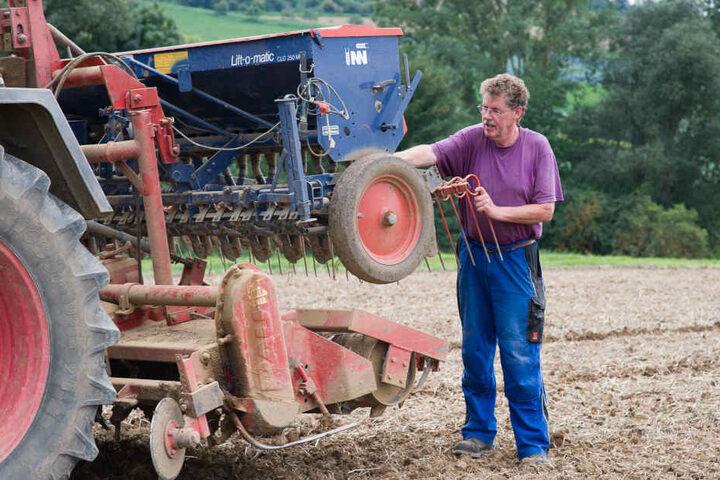 Landwirt Erhard Schröder steht an seiner Rotoregge, mit der das Martin Luther Bild kreiert hat.