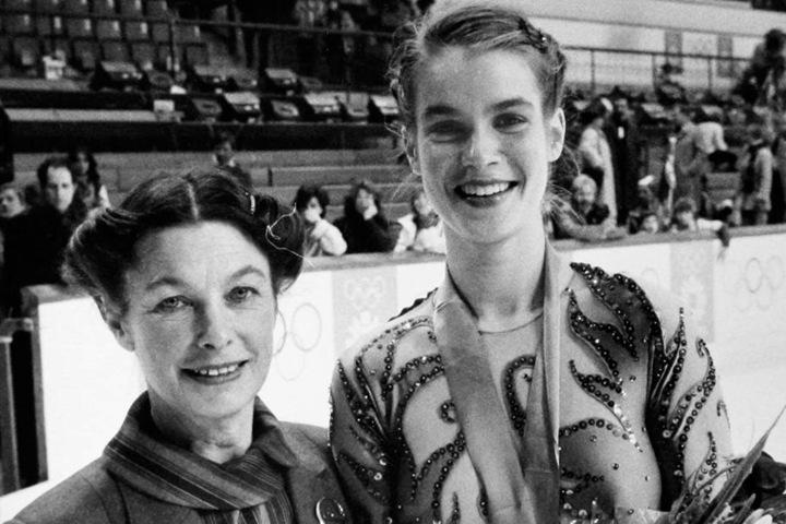 Die Chemnitzer Eiskunstlauf-Trainerin Jutta Müller (l.) bei den Olympischen Spielen 1984 in Sarajevo mit Goldmedaillengewinnerin Katarina Witt.