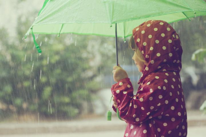 Die Kleine macht's vor: Im Freistaat darf vor allem am Samstag der Regenschirm nicht fehlen. (Symbolbild)