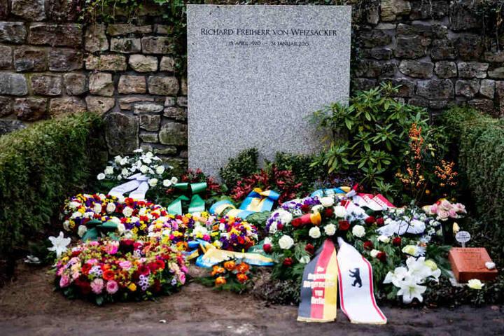 Fritz von Weizsäcker liegt mit seinem Vater, dem ehemaligen Bundespräsidenten Richard von Weizsäcker, in einem Familiengrab begraben.
