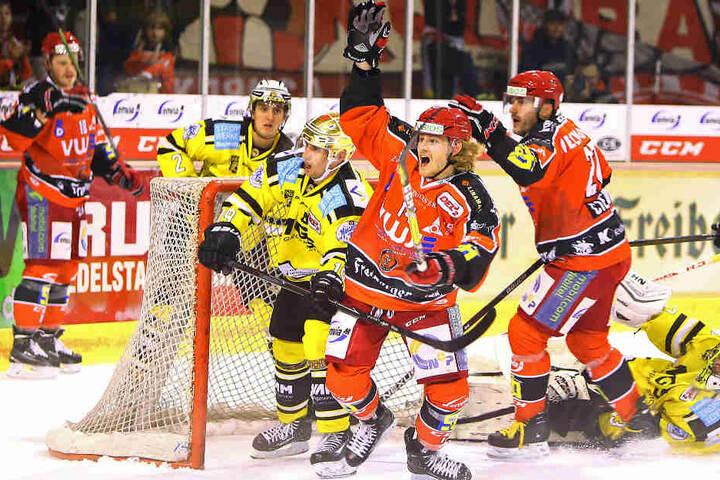 Die Eispiraten Crimmitschau haben den ersten Saisonsieg eingefahren.