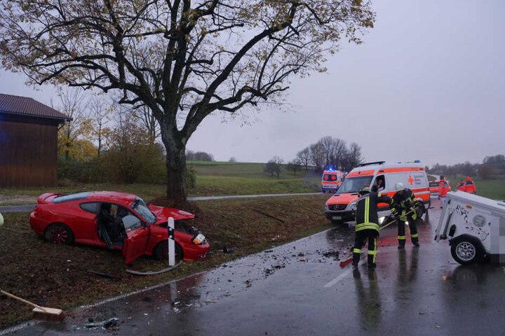 Für Aufräumarbeiten und die Unfallaufnahme war die Straße bis etwa 17 Uhr voll gesperrt.