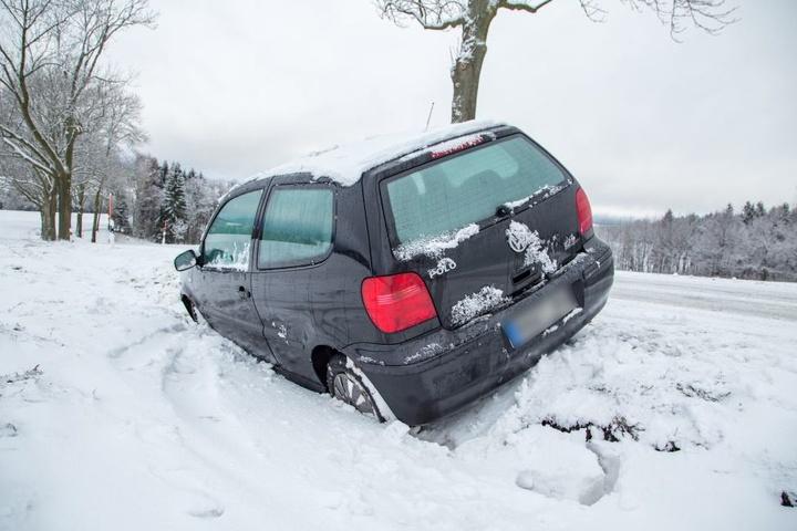 Auf der Straße zwischen Sehma und Walthersdorf landete ein VW Polo im Straßengraben.