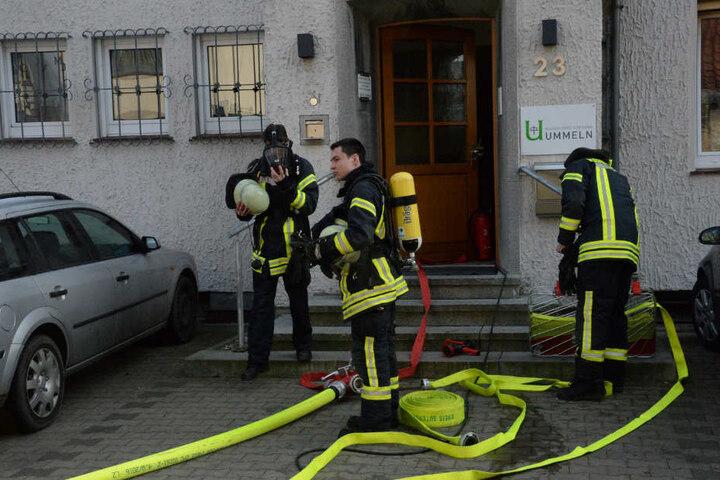 Mit Atemschutzgeräten gingen die Feuerwehrleute ins Geäudde.
