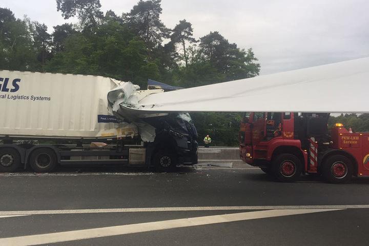 Beide Lkw-Fahrer wurden bei dem Unfall verletzt.