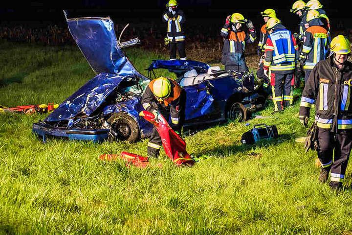 Die Rettungskräfte taten alles, um die eine eingeklemmte Person aus dem Wrack zu schneiden.