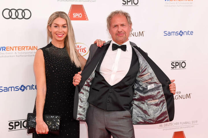 Uwe Ochsenknecht zeigt mit seine Frau Kirsten wie schön sein Innenfutter ist.