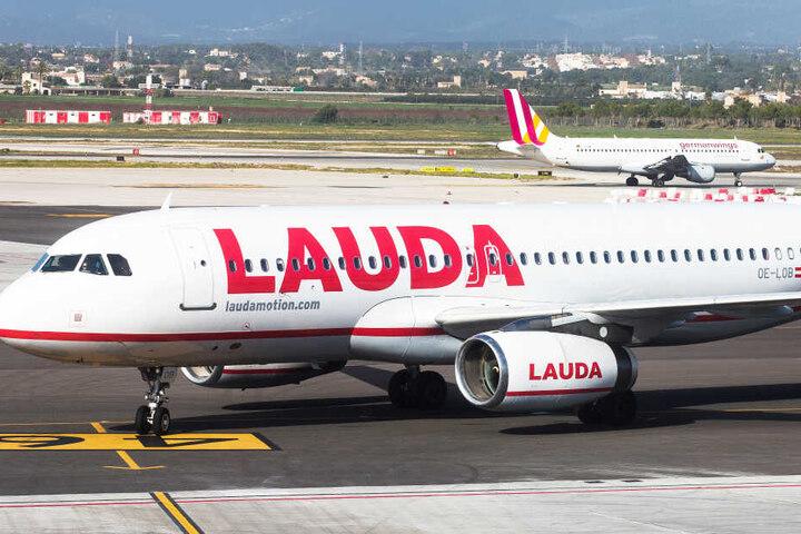 Ein Airbus A320 der Fluggesellschaft Laudamotion rollt am Flughafen von Palma de Mallorca (Spanien) zum Gate.