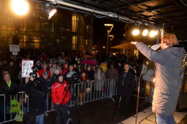 Der bekannte Stuttgart-21-Kritiker Hannes Rockenbauch (Linke) spricht am Abend vor Zuhörern.