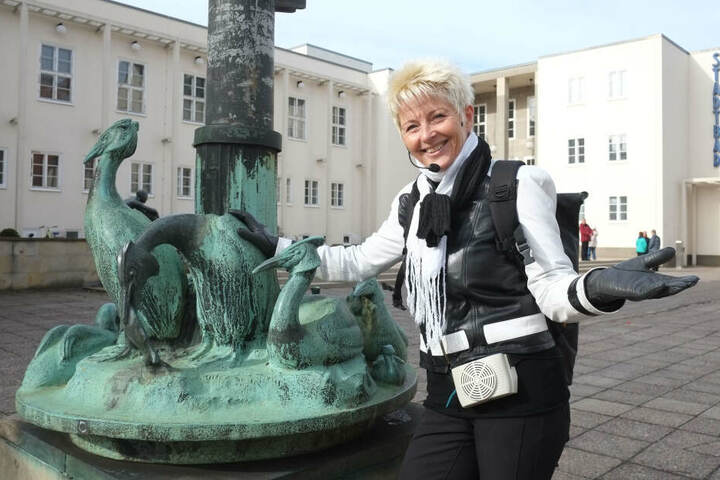 Bauhaus-Stil und kontrovers: Gästeführerin Veronika Leonhard (60) zeigte das Chemnitzer Stadtbad.