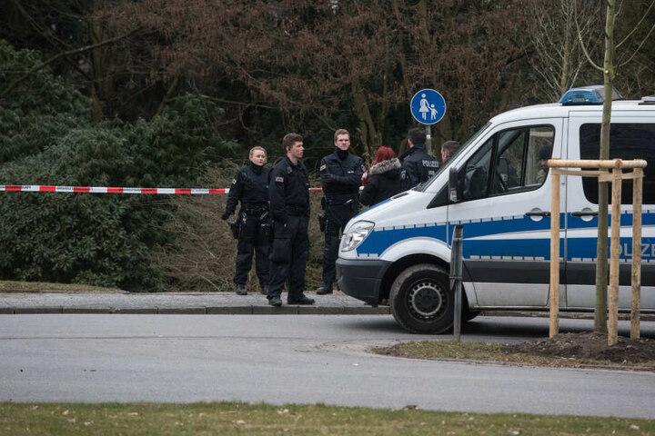 Polizisten sperrten den Tatort ab.