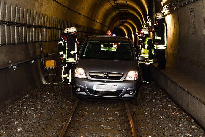 Das Auto steckte im Tunnel fest.