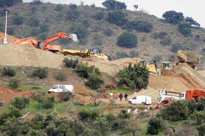 Rettungskräfte arbeiten mit Gerätschaften an dem Ort, wo weiter nach Julen (2) gesucht wird, der in einem tiefen Brunnenschacht vermutet wird.