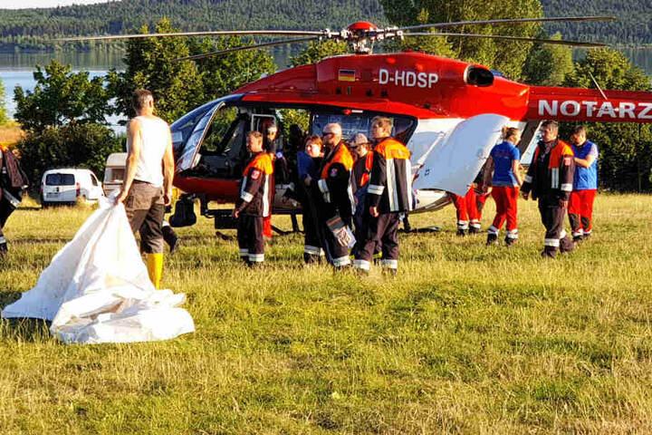 Die Rettungskräfte konnten einen leblosen Mann aus einem See bergen. Er kämpft um sein Leben.